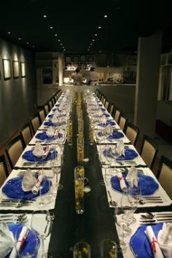 Todos os convidados sentam na mesma mesa no From The Galley