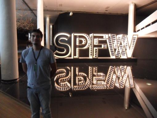 Paulinho Borges na entrada do SPFW.